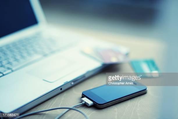 Ordenador portátil con teléfonos inteligentes y tarjetas de crédito