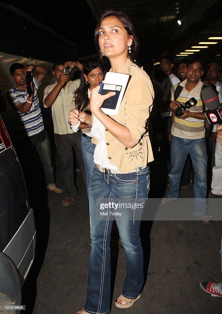 Lara Dutta leaves for the IIFA awards at the Mumbai airport on May 31 2010