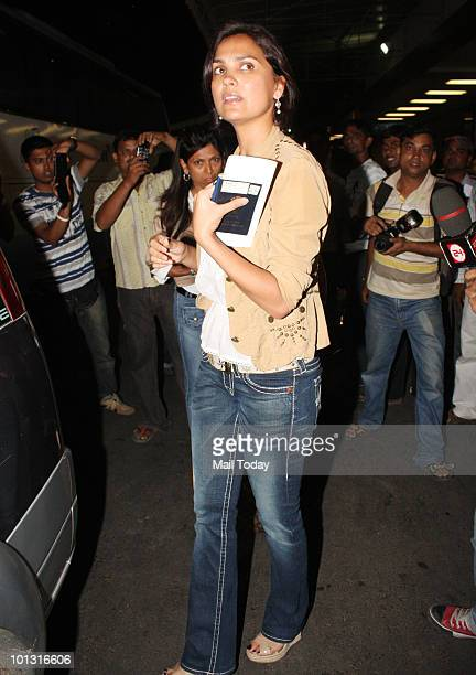 Lara Dutta leaves for the IIFA awards at the Mumbai airport on May 31 2010