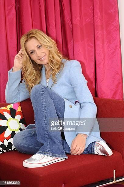Lara Fabian Lara FABIAN sort un nouvelle album 'Toutes les femmes en moi' chez Polydor/Universal photo style studio de face souriante posant assise...
