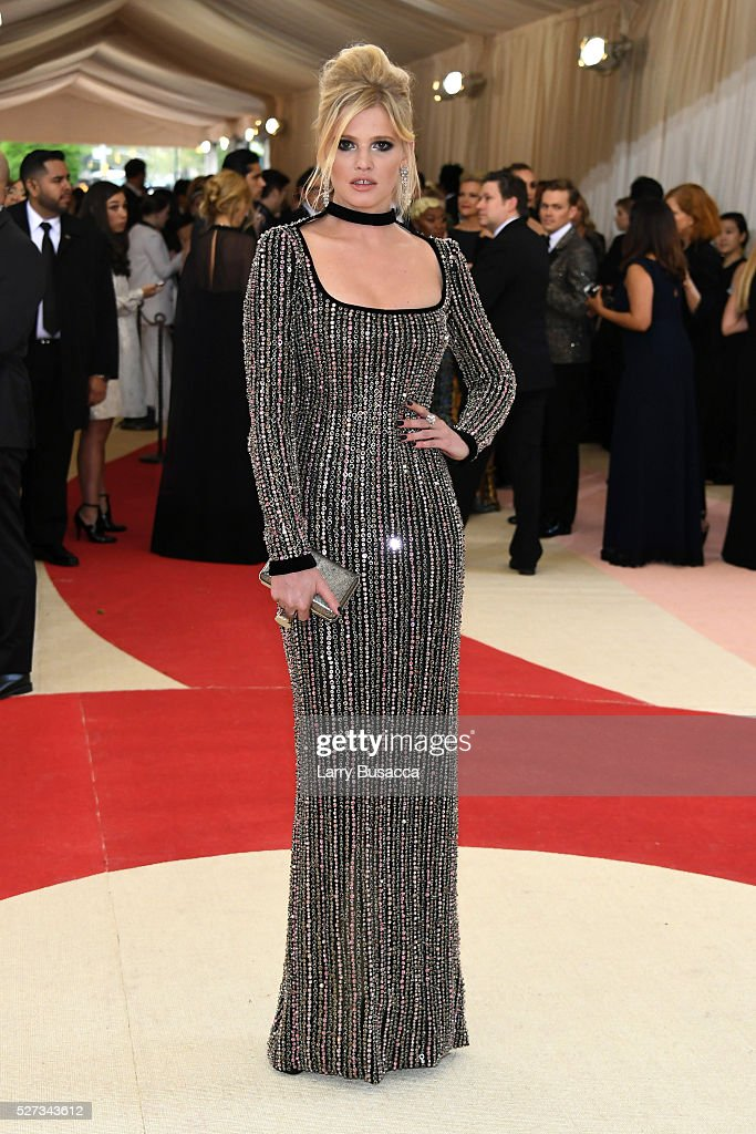 lara-stone-attends-the-manus-x-machina-fashion-in-an-age-of-costume-picture-id527343612