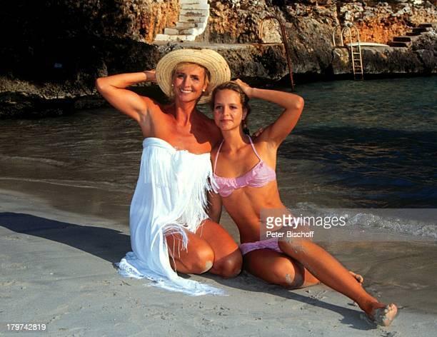 LaraJoy Körner mit Mutter Diana Körner am Rande der Dreharbeiten zur ARDSerie 'Happy Holiday' im 'RobinsonClub' auf Mallorca/Spanien Badeanzug Starnd...