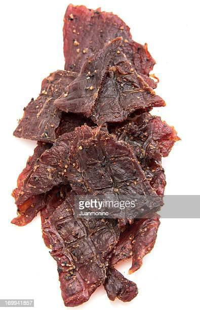 Une grande quantité de viande séchée de bœuf poivré