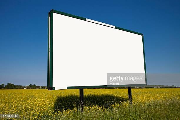 Grande cartellone in un campo giallo