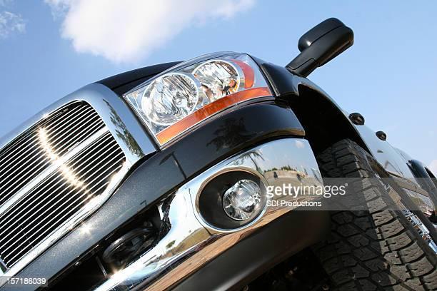 Grand camion noir avec vue de Fonds de nuage