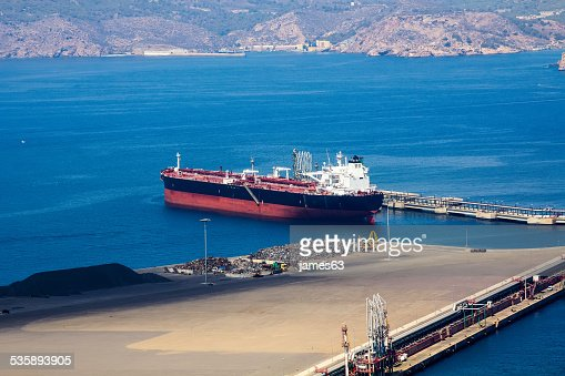 large boat load in a small port : Stockfoto