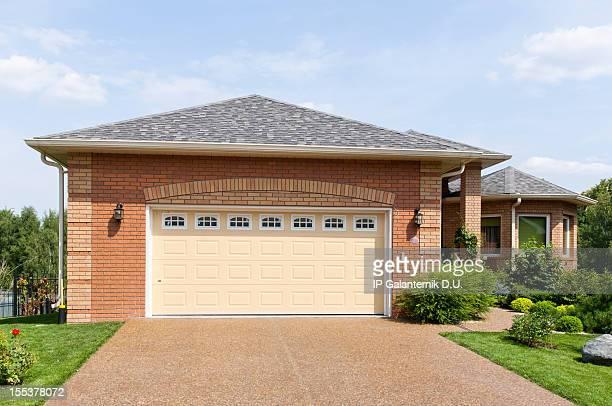 Nueva casa suburbana en el soleado tarde de verano