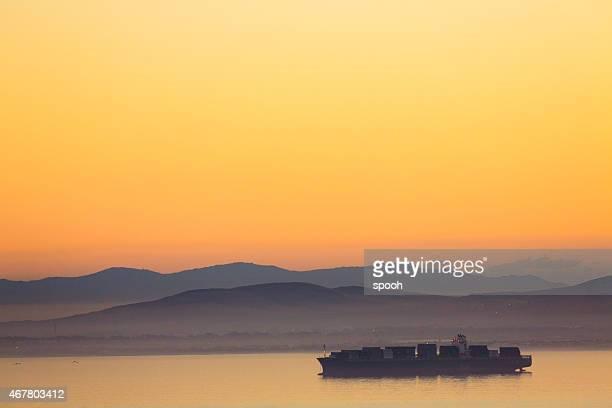 Große Frachtschiff am Wasser in der Nähe der Küste von Cape Town