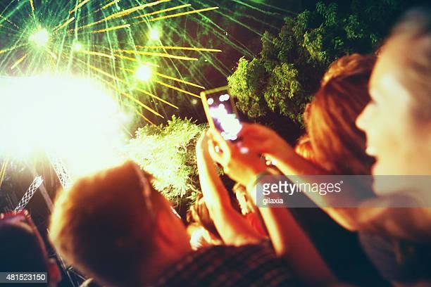Grande multidão desfrutar firewroks.