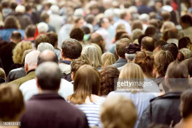 Große Menschenmenge der Fußgänger zu Fuß