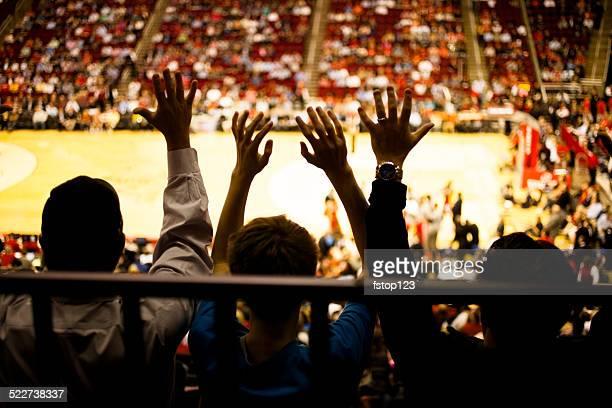 広々とした群衆の人々のスポーツイベントに参加します。 スタジアムます。 バスケットボールコートを完備。