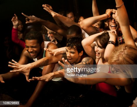 Large crowd reaching towards stage : Stockfoto
