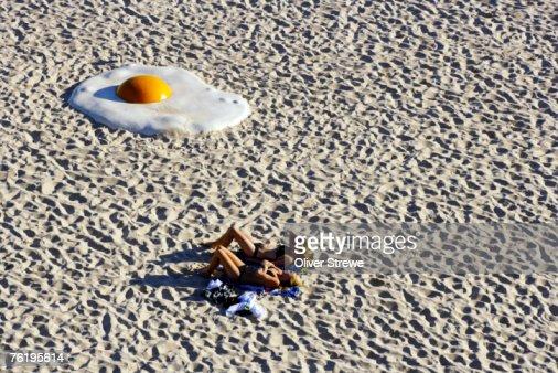 Large egg on Tamarama Beach, part of an exhibtion called Sculpture by the Sea, Tamarama Beach. : Bildbanksbilder