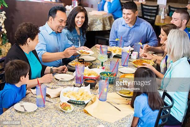 Grande famille ayant un repas ensemble au restaurant mexicain