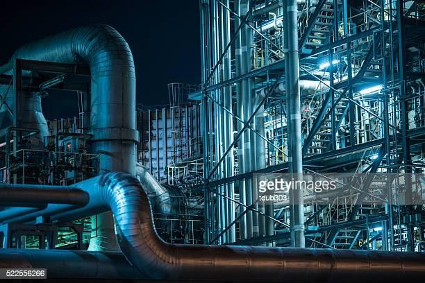 大きな工場の夜