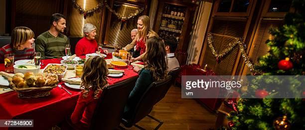 Gran familia celebrando la Navidad festiva