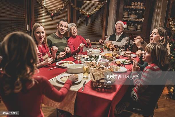 Grande famille célébrant Noël