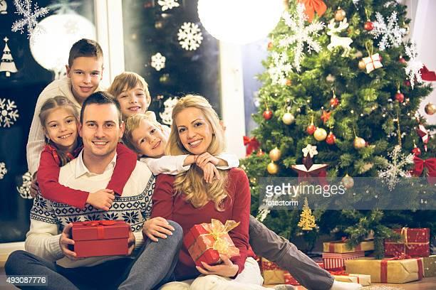 Gran familia de seis por el árbol de navidad