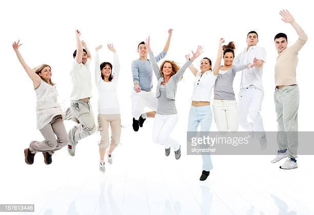 Grand groupe de jeune heureux les gens de sauter ensemble.