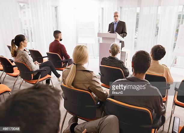 Grand groupe de gens d'affaires assistant à un séminaire.