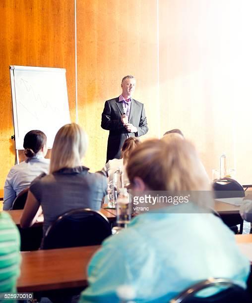 Große eine Gruppe von Geschäftsleute an einem seminar