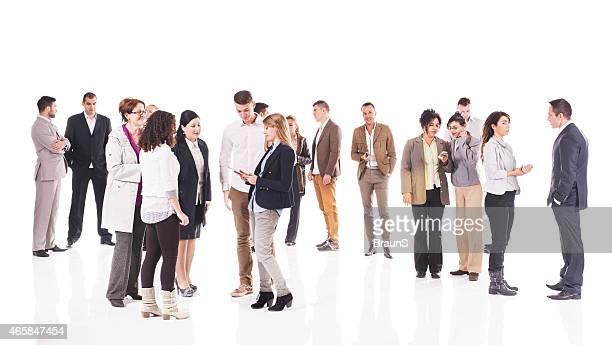 Große Gruppe von Geschäftsleuten stehen und reden.