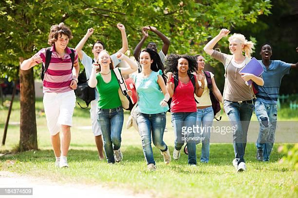 Grand groupe de joyeux pairs course.