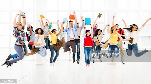 Große Gruppe begeistert junge Menschen.
