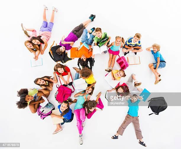 Große Gruppe von elementaren Schülern.
