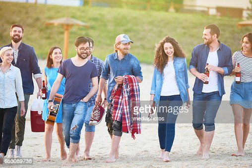 Large group of friends walking : Foto stock