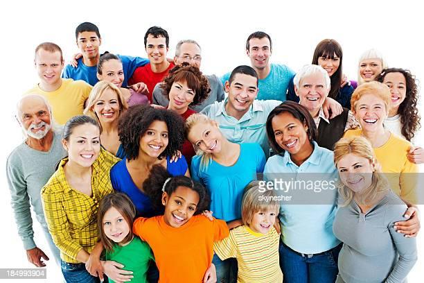 Große Gruppe von glücklichen Menschen stehen zusammen.