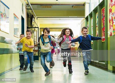 Grande grupo de crianças Escola feliz correr na sala.