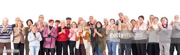 Große Gruppe von glückliche Ältere Männer und Frauen applaudieren.