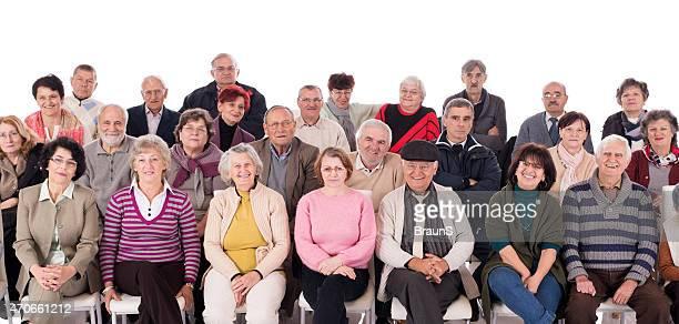 Grande gruppo di felice senior in un seminario. Isolato su bianco.