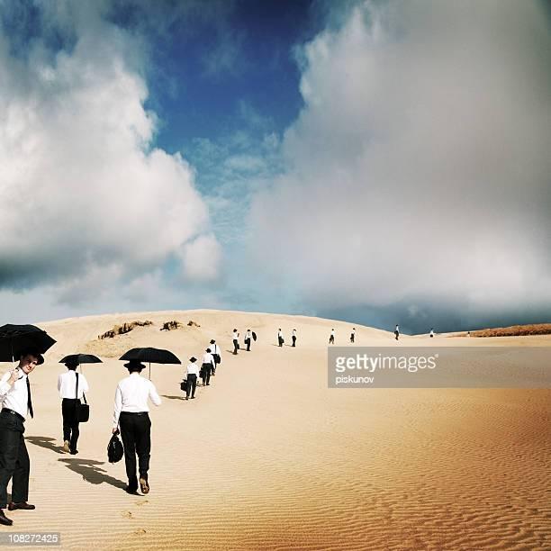 Grand groupe d'hommes voyage dans le désert