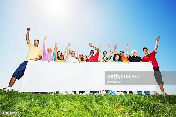 Grupo grande de personas para organizar una big white board.