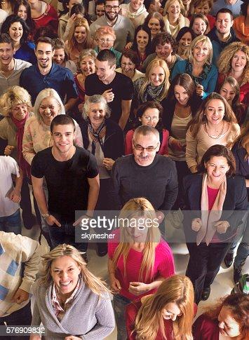 Grande gruppo di persone in piedi insieme e guardando alla fotocamera.