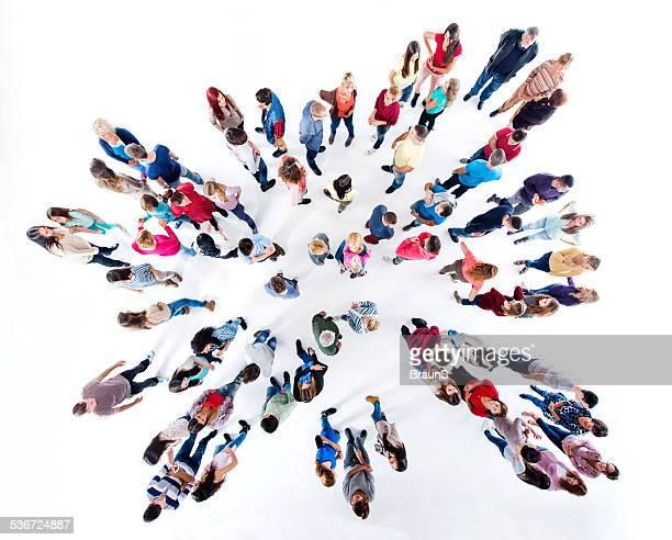 Große Gruppe von Menschen sprechen.