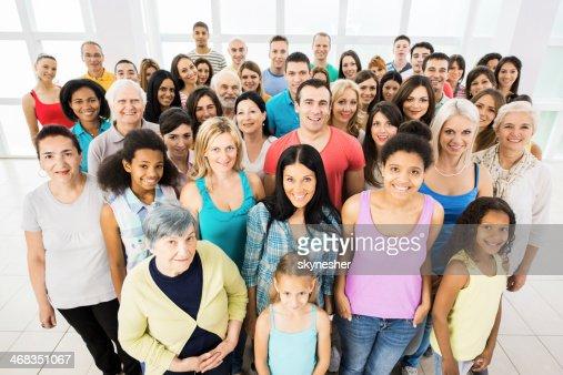 Grupo grande de sonriendo personas.