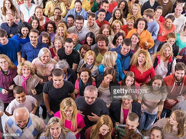 Große Gruppe von lächelnden Menschen laufen zusammen.