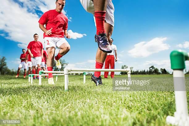 グループのサッカー選手がトレーニングしています。