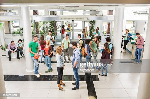Grande gruppo di studenti in una pausa.