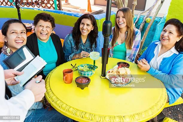Grand groupe de femmes de commander un repas sur la terrasse du restaurant