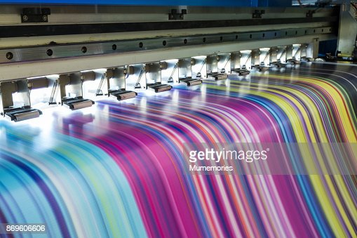 Large inkjet printer working multicolor on vinyl banner : Foto stock