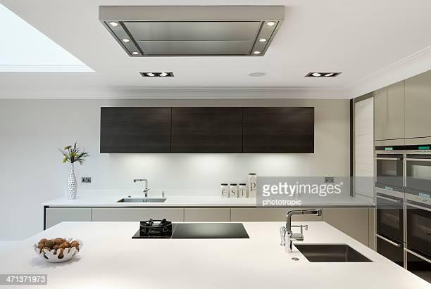 Große, moderne Küche leicht angezogen