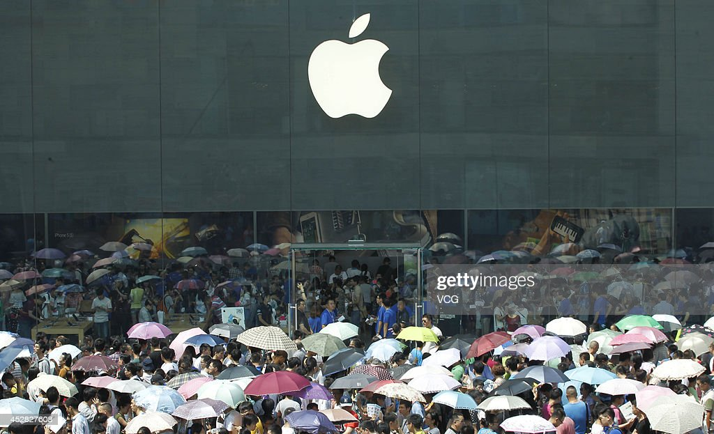 A large number of people wait at the frontdoor of Chongqing's first Apple directsale store on July 26 2014 in Chongqing China About 3000 people...