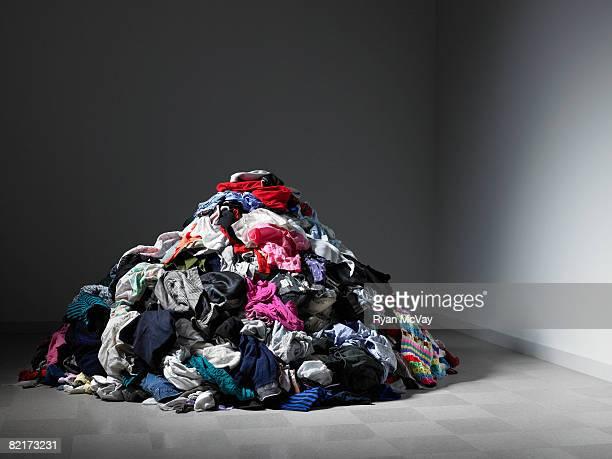 Amplio pila de ropa en una habitación vacía.