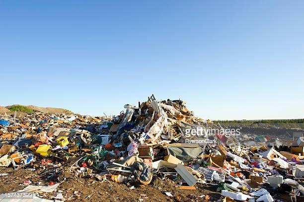 Un tas de déchets dans une décharge à ciel bleu