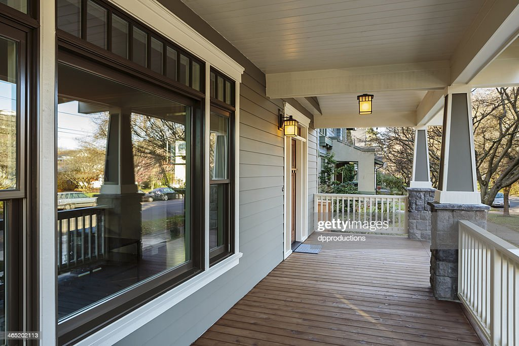Esterno Di Una Casa : Ampio portico esterno di una casa di lusso foto stock thinkstock
