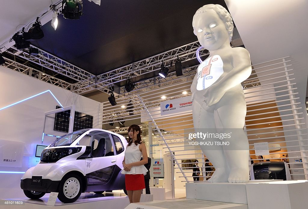 A large replica of the famous statue Manneken Pis, carrying a hydrogen tank on his back, displayed as an explanation of fuel cell systems at a Honda booth at the Tokyo Motor Show on November 21, 2013. Honda Motor, readying to roll out a new fuel-cell vehicle in two years, erected a huge Manneken Pis statue, called Hydrogen Boy carrying a hydrogen tank on the back at the Tokyo Motor Show. AFP PHOTO / Yoshikazu TSUNO